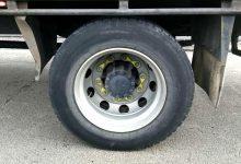 新西兰大中型汽车轮胎螺栓上的荧光彩色塑料片是做什么的?