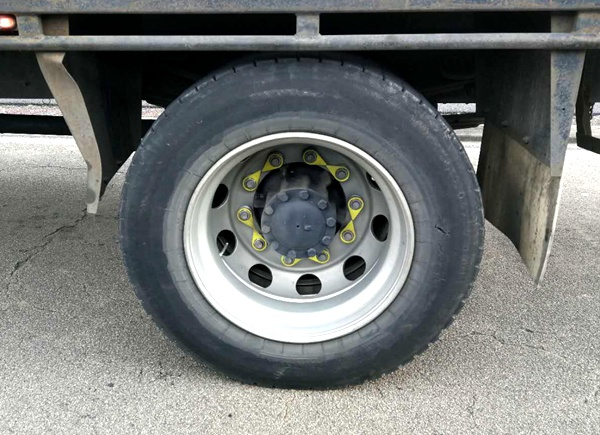 loose-wheel-nut-indicator