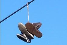一双旧鞋挂在电线上是为什么?