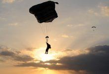 皇后镇跳伞惨剧:外国游客坠湖失踪,目前仍在搜救