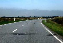 新西兰路面上两条黑色平行的钢索是干什么的?